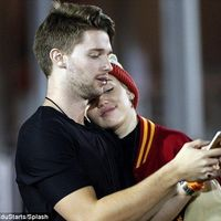 Miley Cyrus si Patrick Schwarzenegger, primul sarut in public